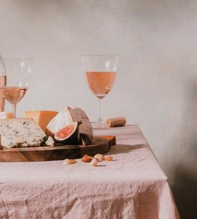 The perfect meal with H&B provence 😍  #hbprovence #hbrosé #provence #rosé #verre #glasse #sky #weloverosé #roséwine #bestwine #rosélife #cheese #figue