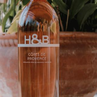 HB provence is the ideal companion for a picnic in a field of lavender and olive trees 🌿  #hbprovence #hbrosé #provence #rosé #verre #glasse #sky #weloverosé #roséwine #bestwine #rosélife