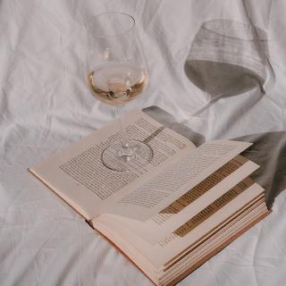 Start the weekend with a book and a glass of HB Provence 🤩  #hbrosé #hbprovence #hbwine #rosewine #vinrose #vinrosedeprovence #provence #weekend #glassofwine #glassofrosé